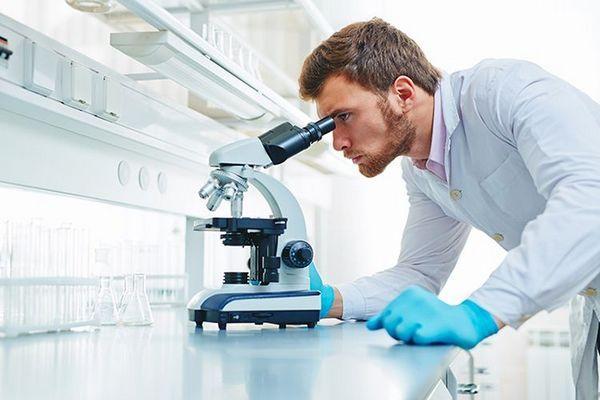 Лаборант у мікроскопа