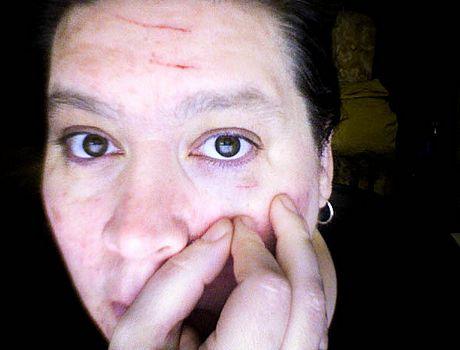 не нахиляти до кішці особою, інакше можете отримати травму ока