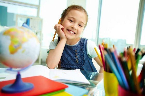 Дівчинка з олівцями