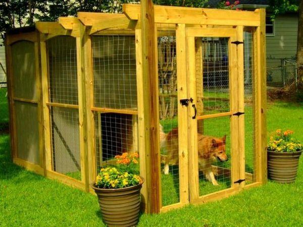 Вольєри для собак можу виглядати дуже навіть привабливо, виконуючи не тільки функцію житла для собаки, але і прикрашаючи ваш сад